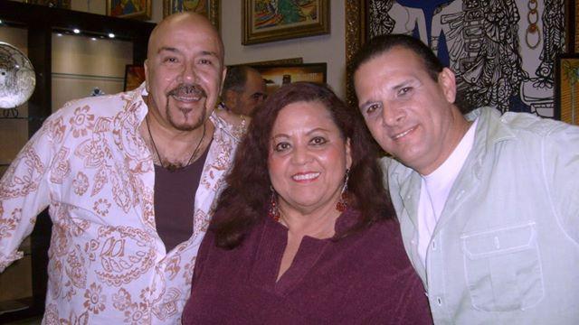 La autora, junto  a Tony de León (derecha) y el pintor Casimiro González