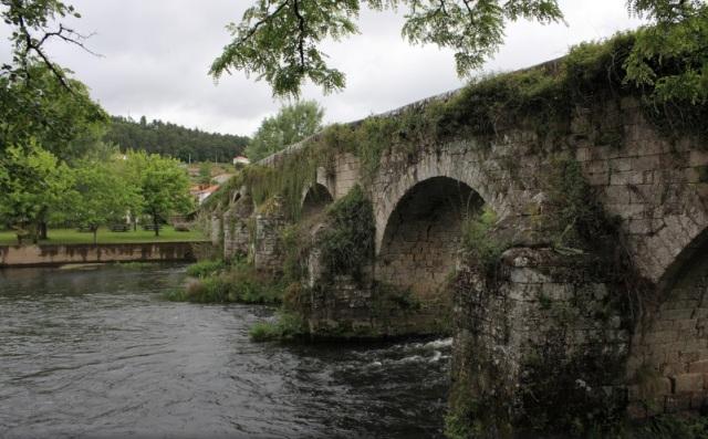 Este puente de origen medieval (s.XVI-XVII) atraviesa el río Ulla, uniendo así las provincias de A Coruña y Pontevedra a través de los ayuntamientos de Boqueixón y Vila de Cruces respectivamente. Fue parte de una de las rutas Santiago-Ourense y en ella tuvo lugar una batalla contra los franceses en la Guerra de Independencia. Foto: Adrián Fernández García
