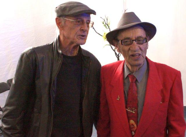 Gonzalo Martré posa al lado de otro escritor que estará presente en la FUL que realizan la UAEH y su Patronato, Saúl Ibargoyen.