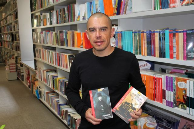 Quezadas posa con dos obras premiadas; durante la Feria Universitaria del Libro presentará la obra que lo convirtió en ganador del Premio Norma de Literatura Infantil y Juvenil 2014