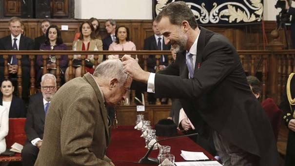 Juan Goytisolo recibe el Cervantes de manos del rey de España, don Felipe.