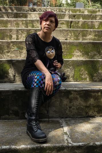 Raquel Castro, ganadora del premio de literatura juvenil Gran Angular 2012, presenta esta novela dirigida a adolescentes pero que puede ser leída por cualquier persona. La amistad, las relaciones familiares, el noviazgo y otros temas que preocupan a los jóvenes son la propuesta literaria de Castro, quién le da un toque fresco a los años difíciles de la adolescencia