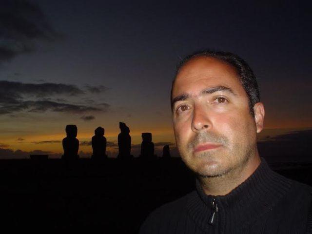 Mauricio Montiel Figueiras ha creado en una cuenta de twitter @elhombredetweed que ha devenido en una novela que ya pesa 350 páginas y más de 15 mil seguidores. 17,5 K es la suma de seguidores que avalan su creación literaria en twitter; una novela por entregas de 140 caracteres que ya suma 350 páginas, serán parte de la conferencia reveladora de los secretos de un escritor y un personaje nacidos en twitter